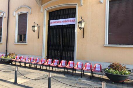 Sedie rosse contro la violenza sulle donne davanti al Comune