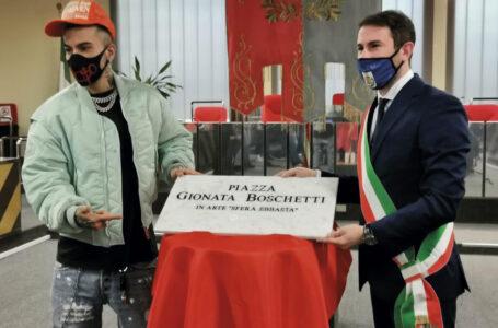 """Sfera Ebbasta, sulla targa il Comune cambia versione: """"Proposta di marketing del cantante"""""""