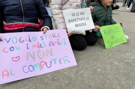 Sesto, genitori ancora in piazza per la riapertura delle scuole