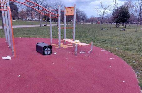 Vandali scatenati a Cormano. Parco preso di mira, polemiche sulla sicurezza in città